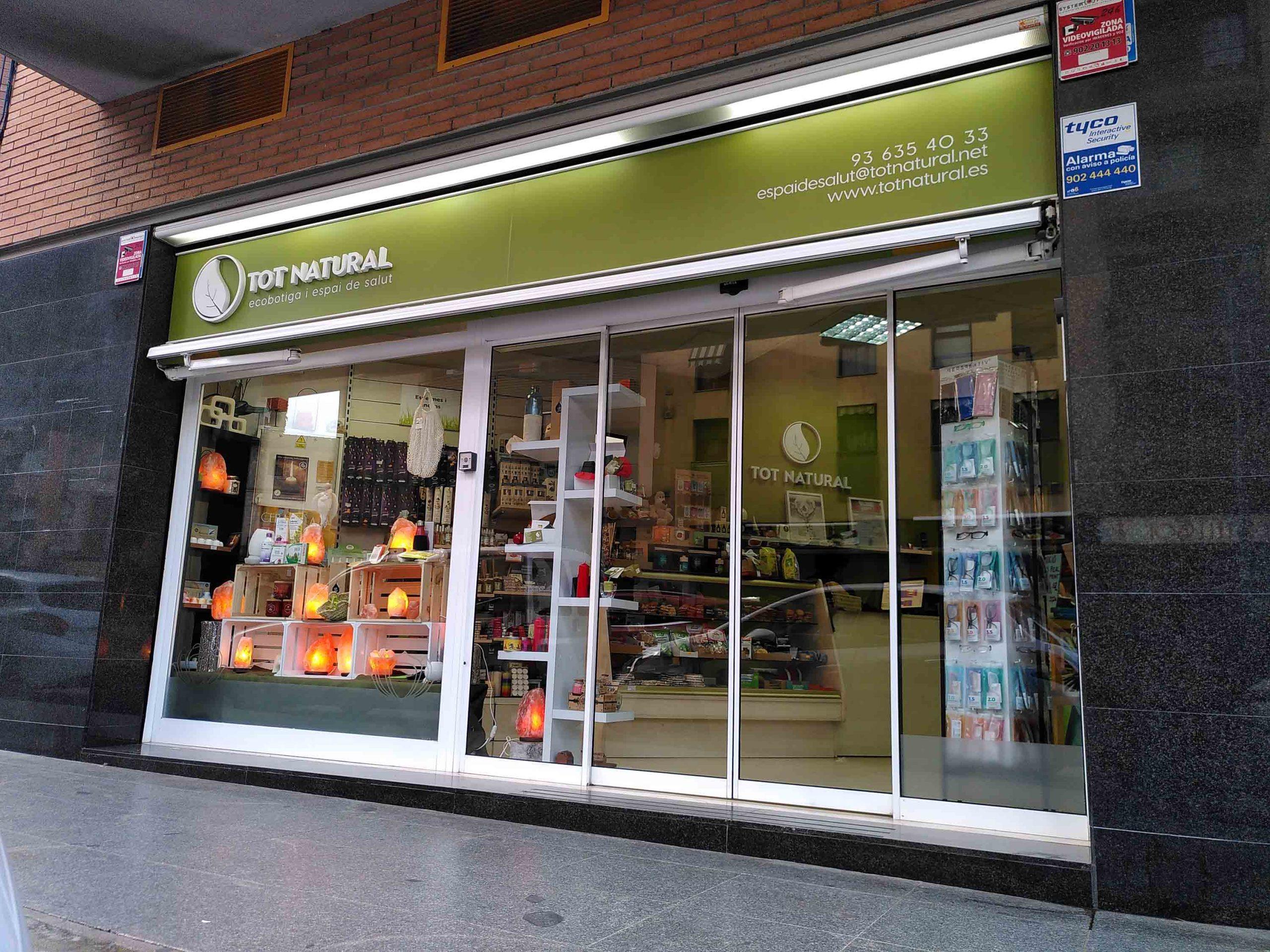 Exterior tienda renovada de Tot Natural en Sant Boi de Llobregat